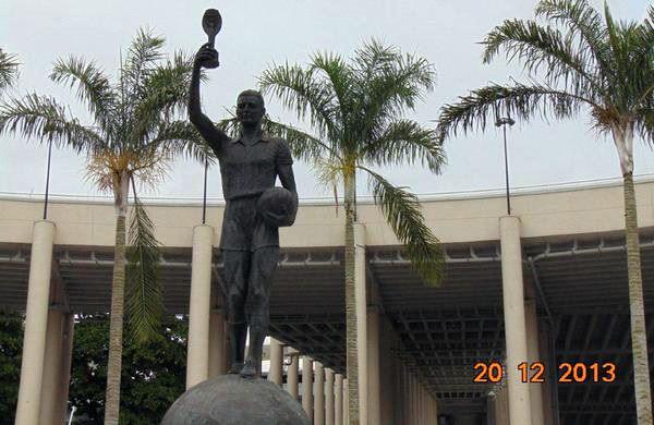 Памятник Идералдо Беллини перед входом на стадион Маракана в Рио-де-Жанейро